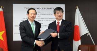 Bộ trưởng Bộ Lao động, Thương binh và Xã hội Đào Ngọc Dung (trái) và Chủ tịch IM Japan Yanagisawa Kyoe trao bản ghi nhớ về Chương trình thực tập sinh kỹ năng Việt Nam tại Nhật Bản. Ảnh: Thành Hữu, Gia Quân phóng viên thường trú TTXVN tại Nhật Bản.
