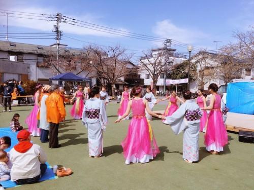 Các thành viên đội múa giao lưu với Ban tổ chức