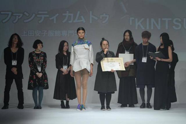 Cô gái Việt tài năng phát biểu trong giây phút nhận giải quán quân Tokyo New Designer Fashion Grand Prix 2016.