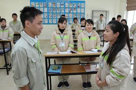 Người lao động học ngoại ngữ trước khi đi xuất khẩu lao động. Ảnh: HẢI NGUYỄN