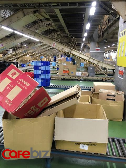 Buổi làm việc đêm của các nhân viên xưởng bốc xếp hàng hóa tại tỉnh Saitama, ngoại ô Tokyo, Nhật. Phần đông nhân viên trong xưởng là người nước ngoài, trong đó rất đông người Việt. Người Nhật chỉ làm quản lý. Ảnh: Ngọc Thanh