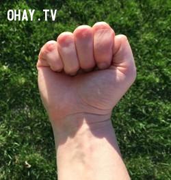 Ngón tay cái để trong lòng bàn tay khi nắm tay