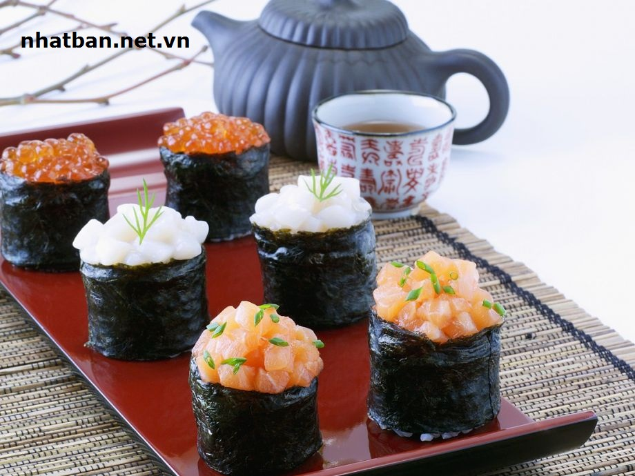 Gunkan:khác với Makimono ở chỗ thức ăn sẽ không được trộn cùng cơm cuốn trong rong biển, thay vào đó là xếp lên bề mặt ngoài. Nguyên liệu phổ biến thường sử dụng các loại trứng như trứng cá hồi, trứng cá tuyết hoặc trứng cua.