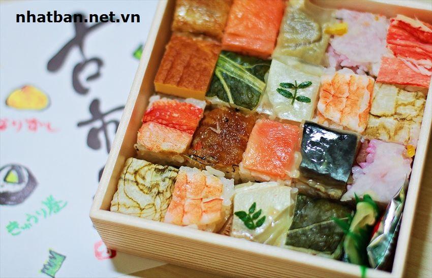 Oshizushi:là một đặc sản sushi của vùng Kansai. Người đầu bếp sẽ nén chặt hải sản đã ướp gia vị cùng cơm trộn dấm trong một khuôn gỗ, thường là 2 lớp cơm 1 lớp nhân sau đó cắt thành từng khoanh nhỏ.