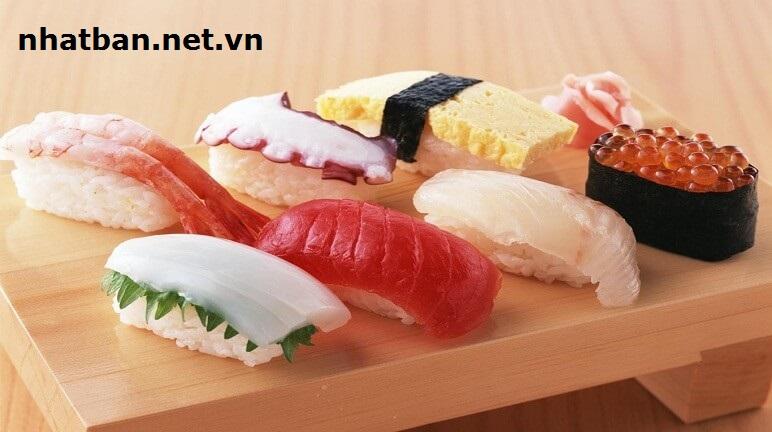Nigirizushi:là loại cơm nắm trộn dấm, bên trên đặt một miếng hải sản có thể là cá hồi, cá ngừ hoặc các loại hải sản khác và xen kẽ bên trong là một chút wasabi. Thực khách có thể dùng thêm gia vị như xì dầu, gừng tím muối chua ngọt.