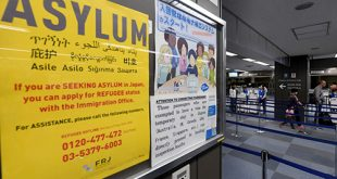 thông tin về việc xin tị nạn gần quầy soát hộ chiếu của văn phòng di trú sân bay quốc tế Narita, Tokyo, Nhật Bản.