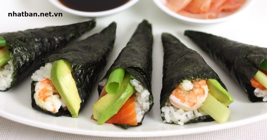 Temaki:gồm một lớp rong biển sẽ được nướng sơ qua, rải đều cơm trộn dấm và các loại hải sản, rau củ quả vào giữa rồi nặn theo hình nón.