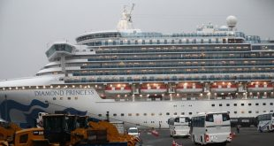 Du thuyền Diamond Princess đậu tại cảng Yokohama, Nhật Bản hôm 16/2. Ảnh: AFP.
