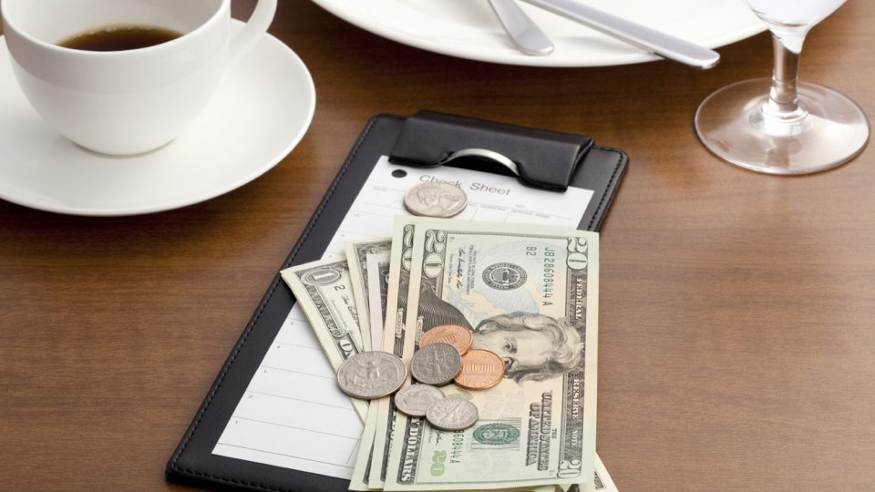 Không nên để lại tiền tip