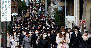 Người dân đi làm sáng sớm tại Tokyo. Ảnh: AP