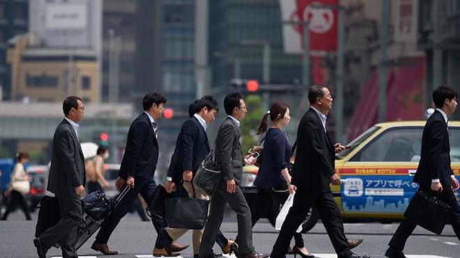 Đường phố Nhật tấp nập người đi bộ, họ là dân công sở