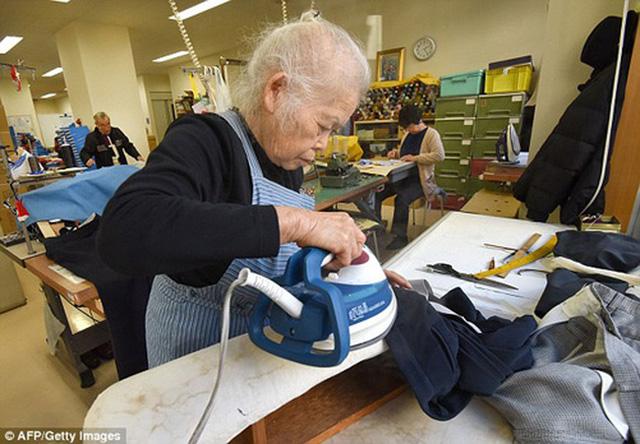 người già ở nhật bản làm việc