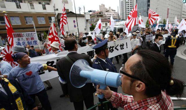 Người biểu tình phản đối các quy định ưu tiên dành cho người gốc Triều Tiên tại Nhật Bản trên đường phố Tokyo (Ảnh: AP)