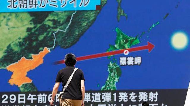 Màn hình lớn chiếu bản tin về vụ phóng tên lửa của Triều Tiên trên đường phố Tokyo (Ảnh: EPA)