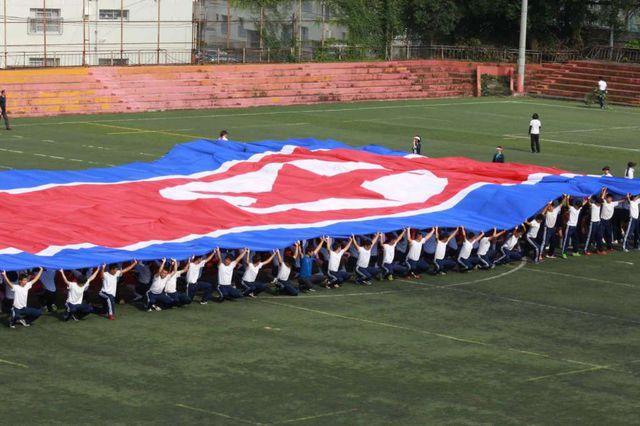 Học sinh kéo cờ Triều Tiên tại trường phổ thông Tokyo Triều Tiên ở Tokyo (Ảnh: AP)