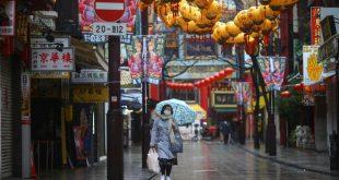 Một phụ nữ đeo khẩu trang ở khu phố Hoa tại thành phố Yokohama /// Reuters