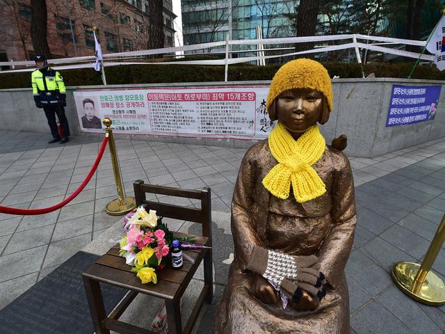 Bức tượng đồng gợi nhắc về một thời đau khổ với các phụ nữ bị biến thành phụ nữ mua vui trong chiến tranh - Ảnh: AFP