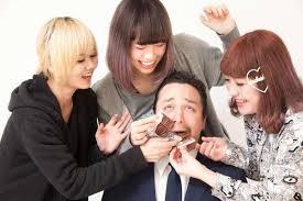 Vào ngày lễ Tình Nhân, phụ nữ Nhật thường tặng chocolate cho tất cả đồng nghiệp phái nam trong văn phòng.