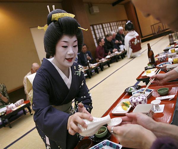 Trải nghiệm uống rượu sake truyền thống của Nhật Bản
