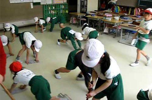 Học sinh tiểu học ở Nhật tự lau dọn lớp học