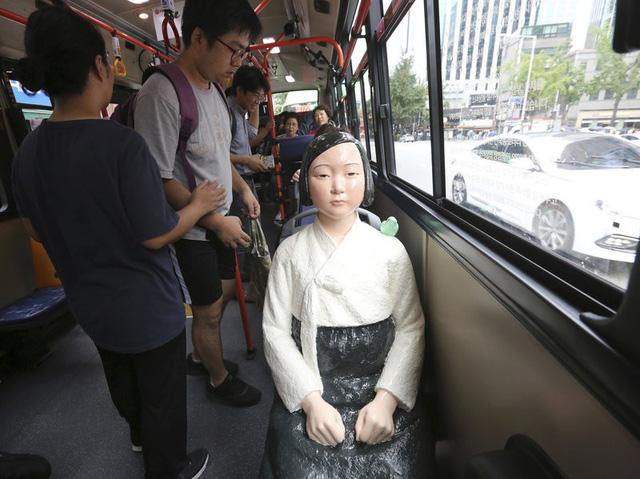 """Một bức tượng """"phụ nữ mua vui"""" đặt trên ghế xe bus tại Seoul - Ảnh: AP"""