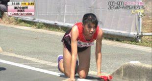vận động viên nhật bản bò về trong cuộc thi chạy tiếp sức
