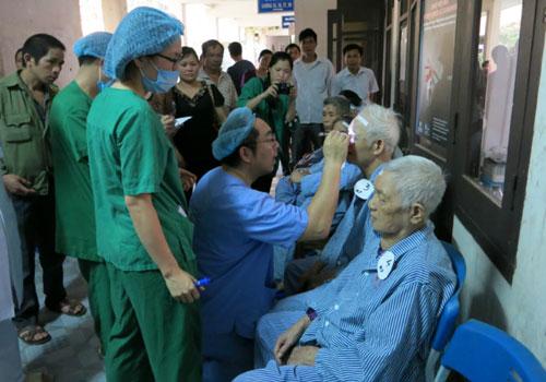 Bác sĩ Tadashi Hattori khám chỉ định trước khi phẫu thuật. (Ảnh: Internet)